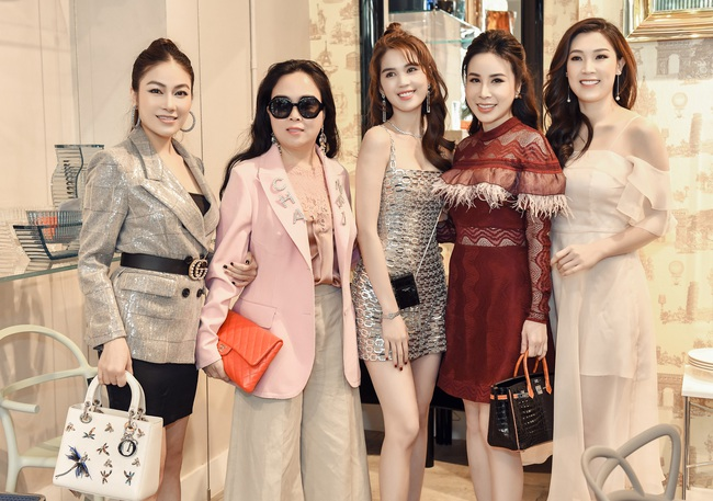 Cùng dự 1 sự kiện: Ngọc Trinh hở bạo với váy ngắn cũn, đối lập với Phượng Chanel diện áo kín mít  - Ảnh 4.