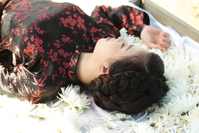 """Dương Hoàng Yến kể chuyện tình đẫm nước mắt, bị mẹ chồng ngăn cấm đến """"quyên sinh"""" trong MV mới - Ảnh 9."""