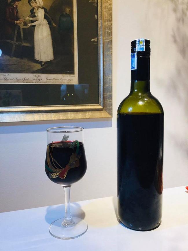 """Hay đi """"chỉnh"""" người khác, không ngờ có ngày vợ cũ Huy Khánh lại bị trừ điểm thanh lịch vì cách rót rượu vang đỏ chẳng giống ai - Ảnh 2."""
