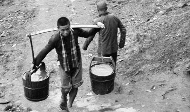 """2 chàng trai cùng làm công việc gánh nước nhưng khác biệt ở """"cái đầu"""", 10 năm sau kết quả bất ngờ đã xảy đến - Ảnh 1."""