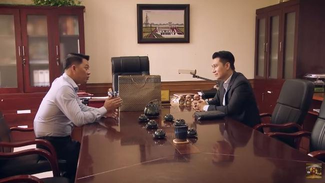 """""""Sinh tử"""" tập 20: Hay tin Bạt rớt chức, Vũ (Việt Anh) liền """"xun xoe"""" tới gửi quà cho sếp mới  - Ảnh 3."""
