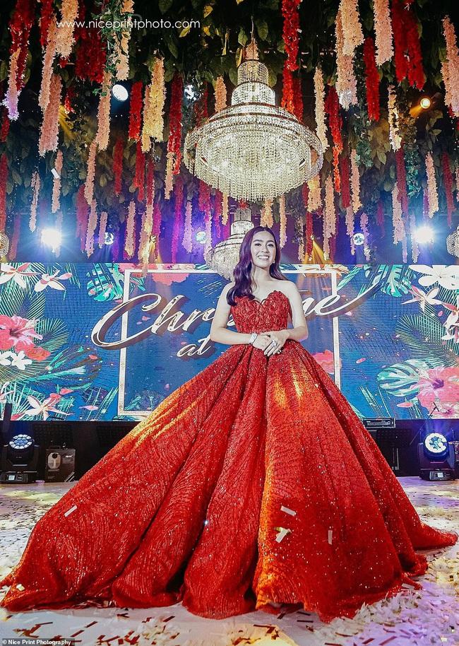 Tiệc sinh nhật của cô gái 18 tuổi giới siêu giàu châu Á: Xa xỉ bậc nhất hơn cả phim ảnh, nhan sắc ngoài đời của nhân vật chính mới thật bất ngờ - Ảnh 4.