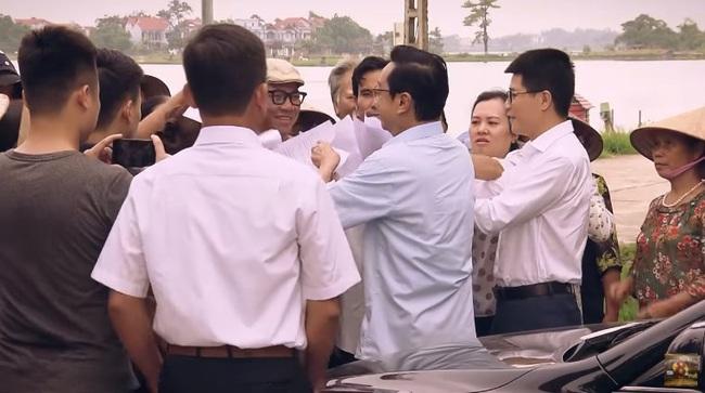 """""""Sinh tử"""" tập 20: Hay tin Bạt rớt chức, Vũ (Việt Anh) liền """"xun xoe"""" tới gửi quà cho sếp mới  - Ảnh 4."""