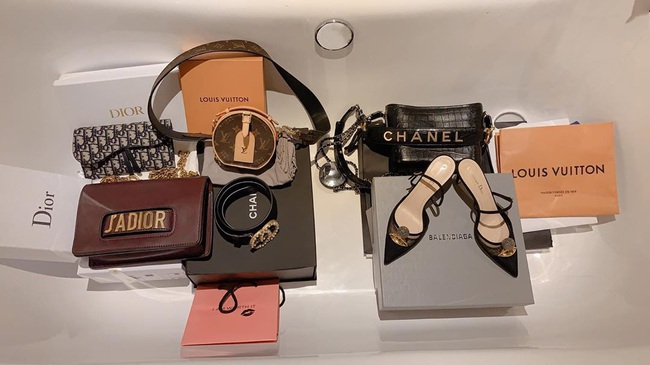 """Lan Ngọc vừa đập hộp chiếc túi Chanel hơn 100 triệu, dân tình lại soi thêm cả BST đồ hiệu không hề nhỏ của """"gái già lắm chiêu"""" - Ảnh 4."""