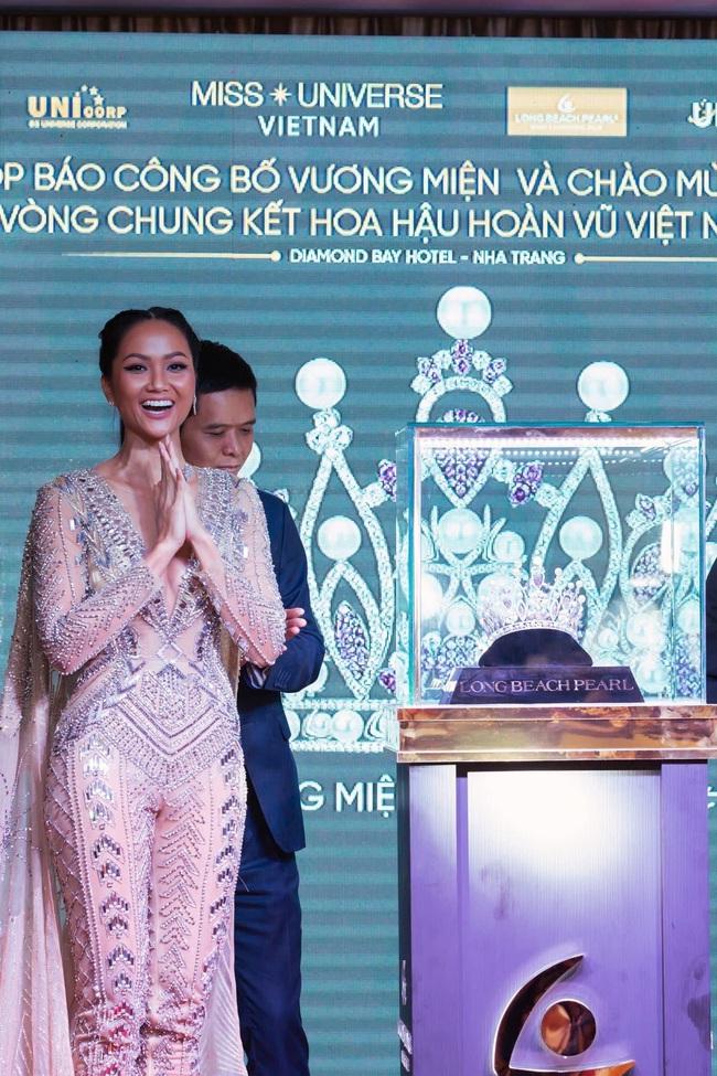 Hoa hậu H'Hen Niê mặc jumpsuit xuyên thấu: Sự chú ý của dân tình lại va ngay vào miếng lót ngực to lù lù - Ảnh 6.
