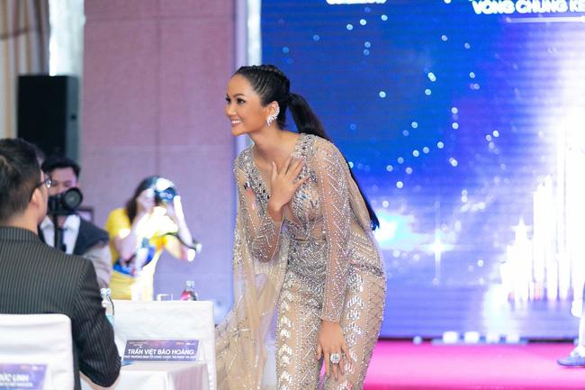 Hoa hậu H'Hen Niê mặc jumpsuit xuyên thấu: Sự chú ý của dân tình lại va ngay vào miếng lót ngực to lù lù - Ảnh 3.