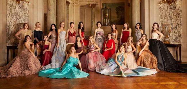 Đêm tiệc của giới siêu giàu gây chú ý với 19 tiểu thư lá ngọc cành vàng, đặc biệt nổi bật nhất lại là cô gái châu Á này - Ảnh 1.