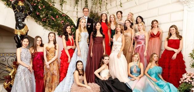 Đêm tiệc của giới siêu giàu gây chú ý với 19 tiểu thư lá ngọc cành vàng, đặc biệt nổi bật nhất lại là cô gái châu Á này - Ảnh 2.