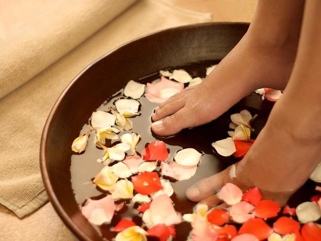 Ngâm chân thôi chưa đủ, hãy thêm cả massage mỗi tối mùa đông để đạt được vô số lợi ích - Ảnh 6.