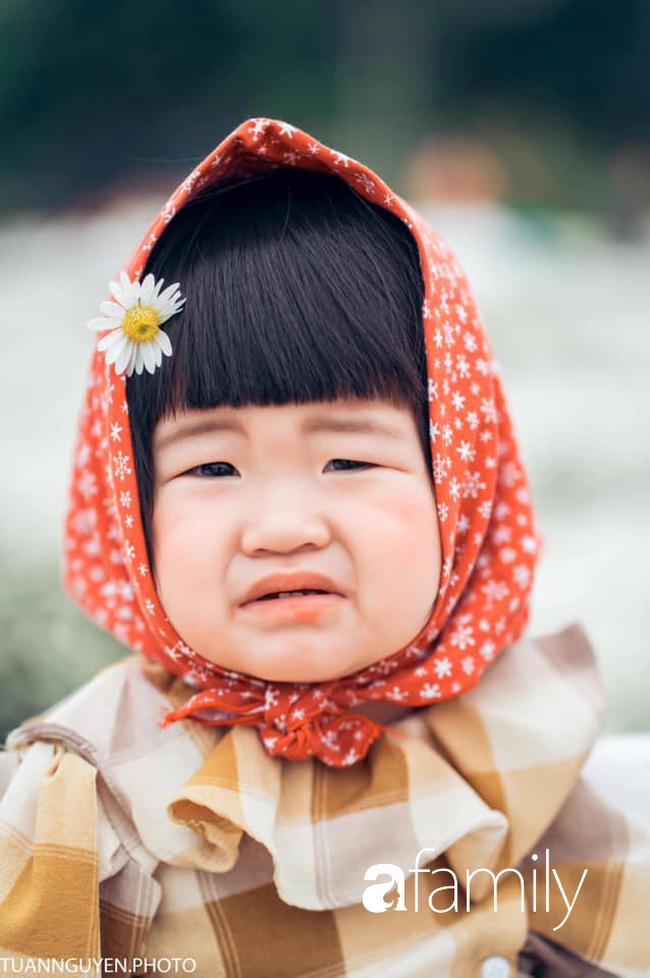 """Cười nghiêng ngả với bộ ảnh """"Đang đói còn bắt chụp hình"""" của bé gái giữa vườn cúc họa mi - Ảnh 2."""