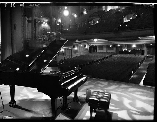 Diễn tập trong nhà hát cổ, nghệ sĩ piano phát hiện chi tiết đáng sợ trong bức ảnh chụp trước khi khám phá ra loạt lời đồn về nơi này - Ảnh 2.