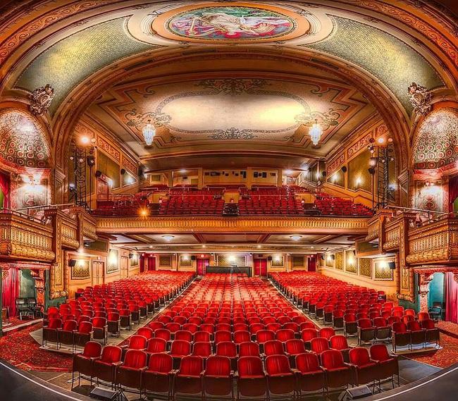 Diễn tập trong nhà hát cổ, nghệ sĩ piano phát hiện chi tiết đáng sợ trong bức ảnh chụp trước khi khám phá ra loạt lời đồn về nơi này - Ảnh 1.