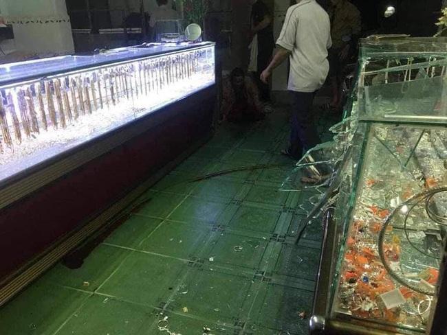 Bình Định: Đang xem bóng đá, 2 vợ chồng già trông tiệm vàng bị cướp tấn công, cụ ông bị đâm gục tại chỗ - Ảnh 2.