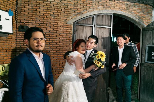 Cô gái trẻ đăng ảnh cưới lên Facebook, dân mạng liền đưa ra phản ứng trái chiều sau khi biết danh tính của những người trong hình - Ảnh 2.