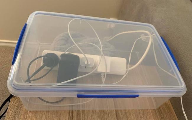Mẹ kinh hoàng khi con bị điện giật ngay trước mắt mình khi bé gái cố gắng cắm bộ sạc điện thoại vào ổ điện - Ảnh 2.