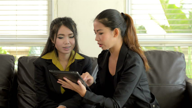 """Muốn nơi công sở thanh bình, đôi khi chị em phải """"học"""" cách hòa nhập cùng các đồng nghiệp trẻ tuổi hơn - Ảnh 1."""