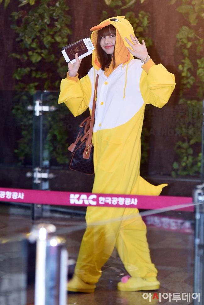 """Không biến sân bay thành sàn diễn, Jisoo và Lisa vẫn chiếm trọn spotlight với màn cosplay thỏ - vịt """"cute vô đối"""" - Ảnh 4."""