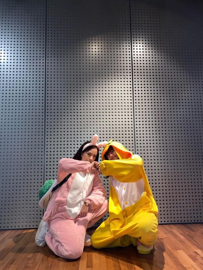 """Không biến sân bay thành sàn diễn, Jisoo và Lisa vẫn chiếm trọn spotlight với màn cosplay thỏ - vịt """"cute vô đối"""" - Ảnh 1."""