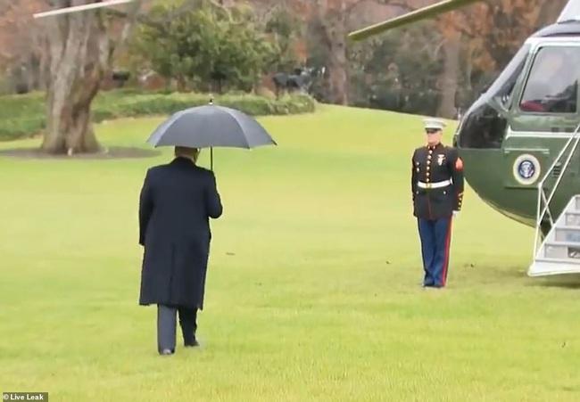"""Khoảnh khắc Tổng thống Trump """"đãng trí"""", bỏ quên vợ ở phía sau và phản ứng bất ngờ của Đệ nhất phu nhân Mỹ thu hút sự chú ý - Ảnh 2."""
