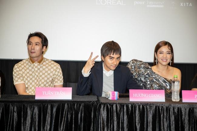 Xôn xao vì khoảnh khắc Tuấn Trần diễn cảnh hôn môi Hoa hậu Hương Giang ngay trong họp báo - Ảnh 2.