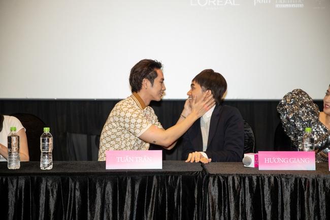 Xôn xao vì khoảnh khắc Tuấn Trần diễn cảnh hôn môi Hoa hậu Hương Giang ngay trong họp báo - Ảnh 4.