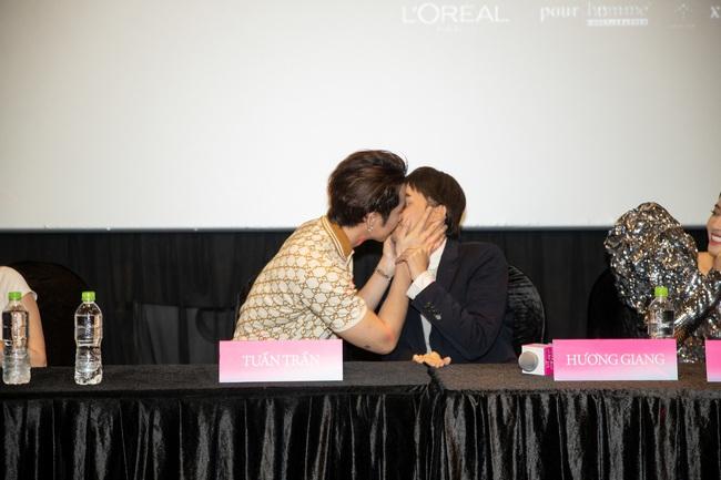 Xôn xao vì khoảnh khắc Tuấn Trần diễn cảnh hôn môi Hoa hậu Hương Giang ngay trong họp báo - Ảnh 5.