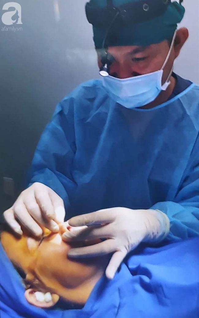 Đi nâng mũi tại spa, thiếu nữ 16 tuổi ở TP.HCM bị nhiễm trùng, biến dạng nặng nề đầu mũi - Ảnh 2.