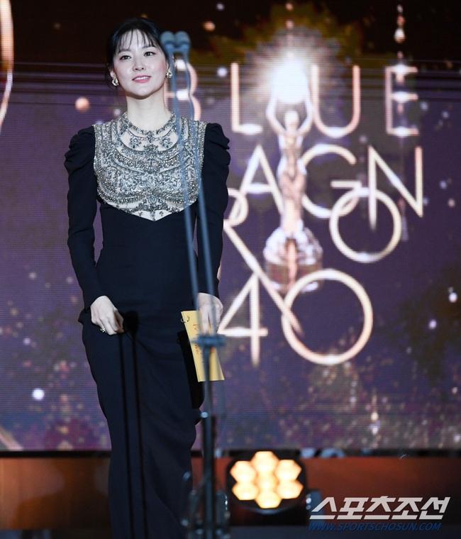 Một chiếc váy hai thái cực: Lee Young Ae nền nã, Jennifer Lopez thì không giấu nổi vẻ sexy bức người dù mặc rất kín đáo - Ảnh 7.