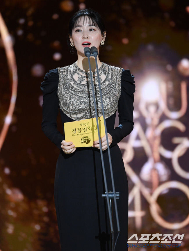 Một chiếc váy hai thái cực: Lee Young Ae nền nã, Jennifer Lopez thì không giấu nổi vẻ sexy bức người dù mặc rất kín đáo - Ảnh 6.