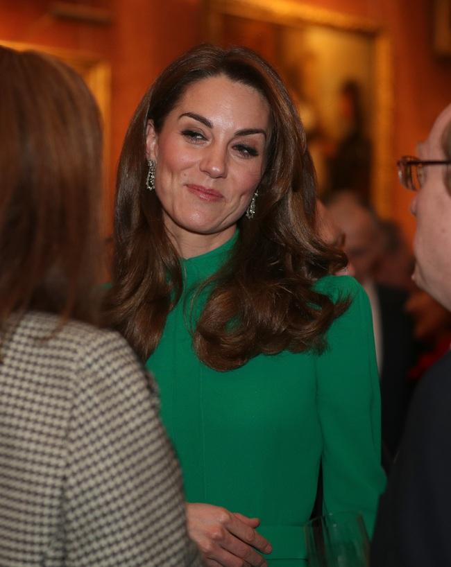 """Không phải nữ nhân Hoàng gia nào cũng được """"dùng chung"""" trang sức với Nữ hoàng Anh, nhưng cháu dâu Kate Middleton thì có - Ảnh 1."""