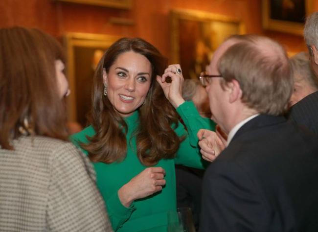 """Không phải nữ nhân Hoàng gia nào cũng được """"dùng chung"""" trang sức với Nữ hoàng Anh, nhưng cháu dâu Kate Middleton thì có - Ảnh 2."""