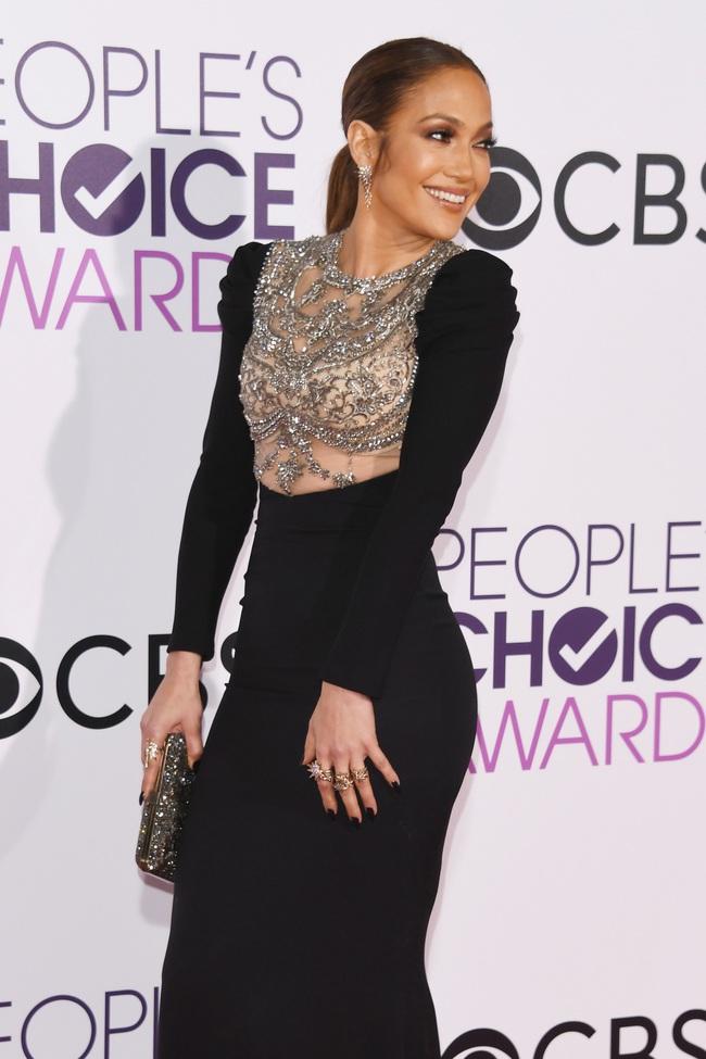 Một chiếc váy hai thái cực: Lee Young Ae nền nã, Jennifer Lopez thì không giấu nổi vẻ sexy bức người dù mặc rất kín đáo - Ảnh 3.