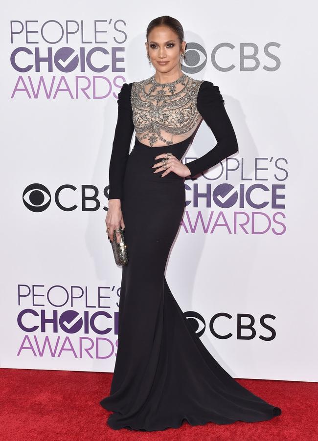 Một chiếc váy hai thái cực: Lee Young Ae nền nã, Jennifer Lopez thì không giấu nổi vẻ sexy bức người dù mặc rất kín đáo - Ảnh 2.