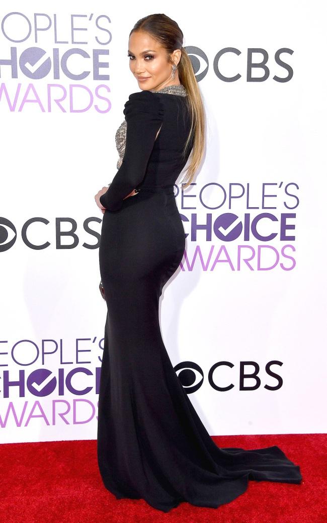 Một chiếc váy hai thái cực: Lee Young Ae nền nã, Jennifer Lopez thì không giấu nổi vẻ sexy bức người dù mặc rất kín đáo - Ảnh 4.