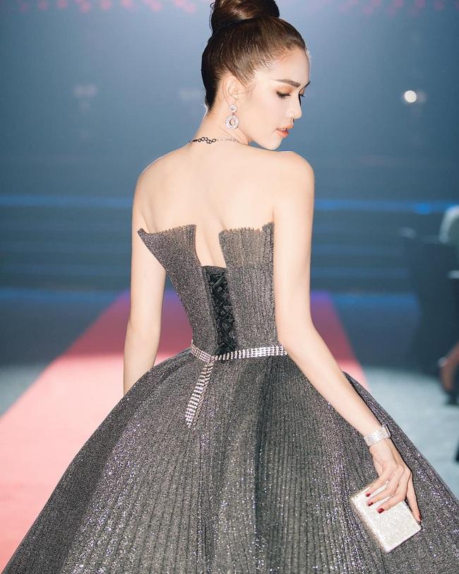 Ngọc Trinh suýt vấp ngã trên sân khấu, vất vả giữ váy công chúa siêu to khổng lồ - Ảnh 6.