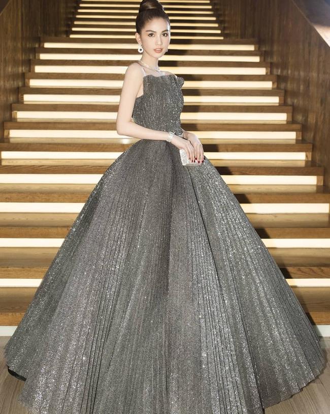 Ngọc Trinh suýt vấp ngã trên sân khấu, vất vả giữ váy công chúa siêu to khổng lồ - Ảnh 2.