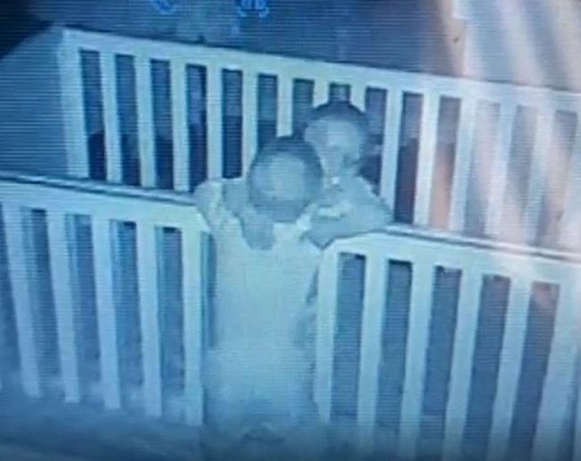 """Dù cả ngày """"cà khịa"""" lẫn nhau, nhưng trước khi đi ngủ, cặp song sinh lại gây cho mẹ bất ngờ khi đứng ôm nhau thắm thiết - Ảnh 1."""