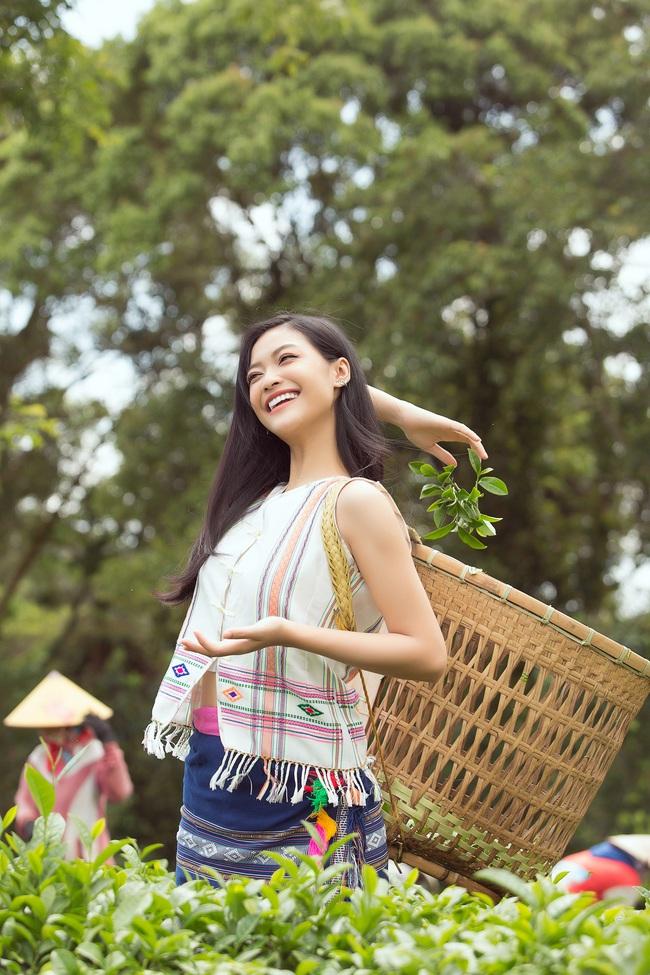 Đỗ Mỹ Linh - Kiều Loan hóa thôn nữ khoe sắc giữa đồi trà - Ảnh 3.