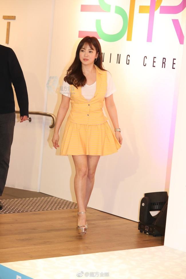 Có là đại mỹ nhân như Son Ye Jin hay Song Hye Kyo cũng rơi vào cảnh sến không lối thoát vì váy vàng tươi - Ảnh 7.