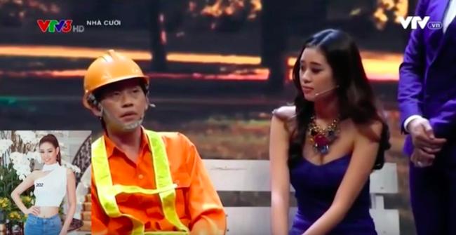 Hoa hậu Hoàn vũ Khánh Vân mặc gợi cảm lộ ngực khủng khi đóng hài với Hoài Linh - Ảnh 6.