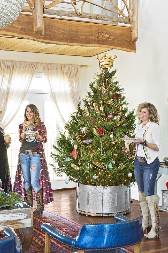 Những ý tưởng decor giá đỡ cây thông vừa nhanh chóng vừa tiết kiệm tạo nét độc đáo cho nhà bạn dịp Noel - Ảnh 3.