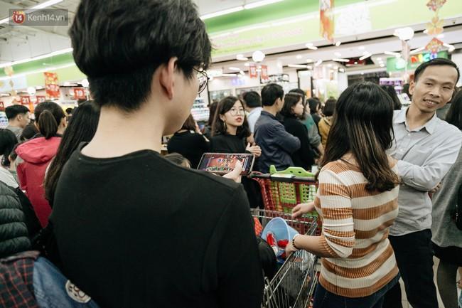 Choáng với cảnh siêu thị ở Hà Nội kín đặc người ngày cuối năm, khách trèo lên cả kệ hàng để mua sắm - Ảnh 15.