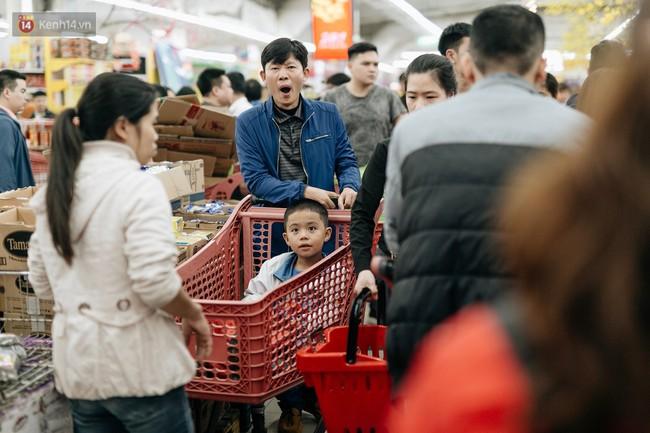Choáng với cảnh siêu thị ở Hà Nội kín đặc người ngày cuối năm, khách trèo lên cả kệ hàng để mua sắm - Ảnh 16.