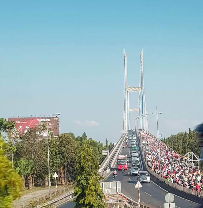 Loạt ảnh khiến bạn nhận ra đã hết Tết: Cầu Mỹ Thuận một bên tắc cứng các phương tiện, một bên rộng thênh thang 1