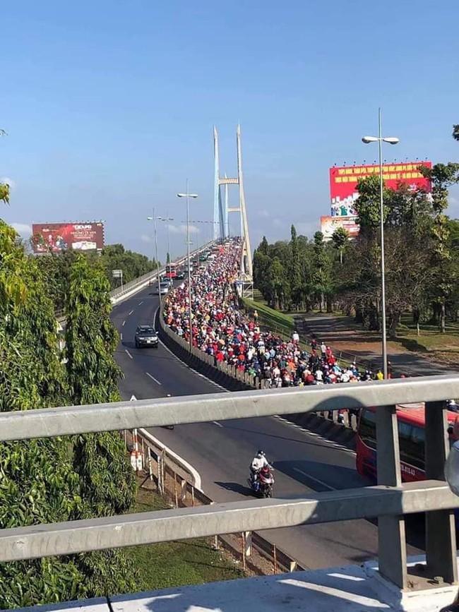 Loạt ảnh khiến bạn nhận ra đã hết Tết: Cầu Mỹ Thuận một bên tắc cứng các phương tiện, một bên rộng thênh thang 2