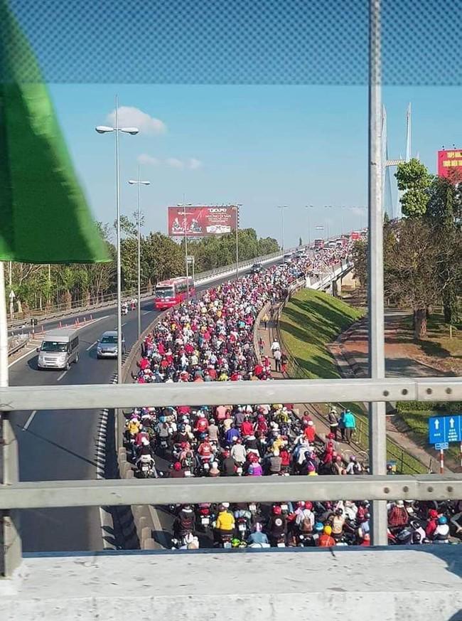 Loạt ảnh khiến bạn nhận ra đã hết Tết: Cầu Mỹ Thuận một bên tắc cứng các phương tiện, một bên rộng thênh thang 3