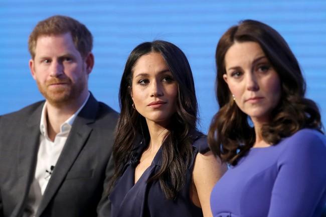 Công nương Kate tiếp tục rơi nước mắt vì hành động khiêu khích này của em dâu Meghan - Ảnh 2.
