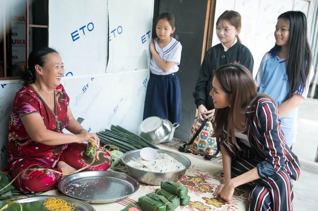 Minh Tú xúc động khi mang cái Tết ấm áp cho 4 bà cháu nhà nghèo tại Đồng Tháp - Ảnh 1.