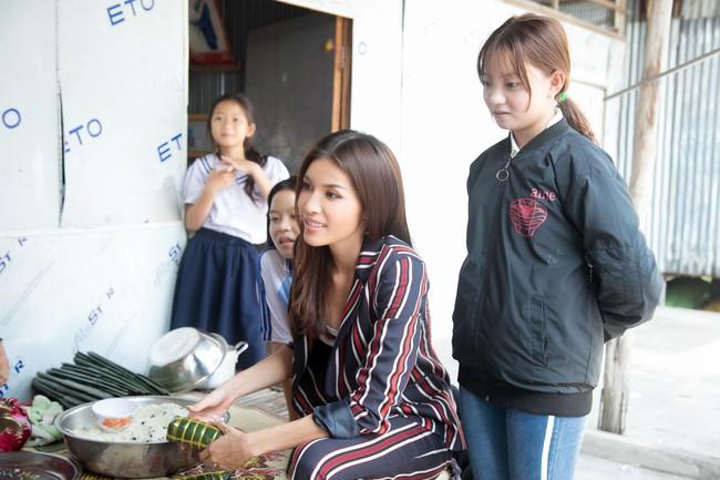 Minh Tú xúc động khi mang cái Tết ấm áp cho 4 bà cháu nhà nghèo tại Đồng Tháp - Ảnh 7.