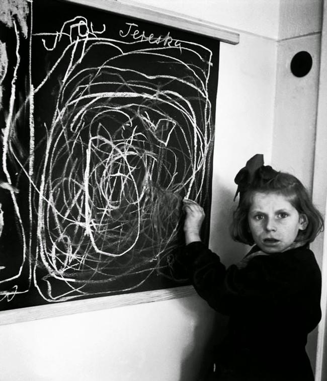 Bé gái vẽ nhà với ánh mắt vô hồn: Minh chứng cho sự tàn khốc của chiến tranh in hằn lên tâm hồn trẻ thơ - Ảnh 1.